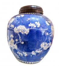 white and blue Chinese vase
